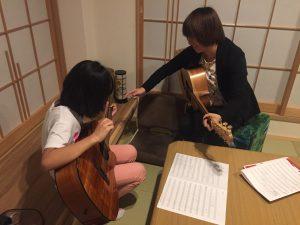 鶴見緑地で出張アコースティックギター教室!